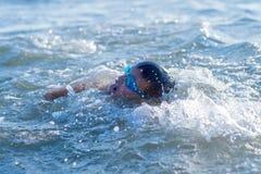 el adolescente del muchacho nada en el mar Foto de archivo