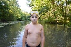 El adolescente del muchacho nada en el río en verano Fotos de archivo libres de regalías