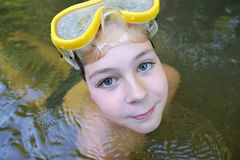 El adolescente del muchacho nada en el río en verano Fotografía de archivo libre de regalías