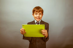 El adolescente del muchacho vistió la tableta de la tenencia del hombre de negocios Fotos de archivo