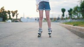 El adolescente delgado adentro patina sobre ruedas el patinaje en el parque almacen de video