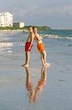 El adolescente disfruta de la puesta del sol en la playa Fotografía de archivo