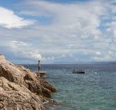 El adolescente disfruta de paz y de la sol en las orillas del Adri Imágenes de archivo libres de regalías