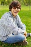 El adolescente divertido ríe en parque Imagen de archivo