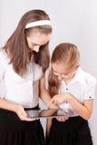 La muchacha dos con el ipad tiene gusto del artilugio Imagenes de archivo