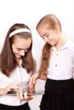 La muchacha dos con el ipad tiene gusto del artilugio Fotografía de archivo