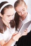 La muchacha dos con el ipad tiene gusto del artilugio Foto de archivo libre de regalías