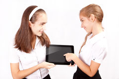 La muchacha dos con el ipad tiene gusto del artilugio Fotografía de archivo libre de regalías