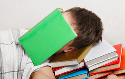 El adolescente duerme con los libros Fotos de archivo