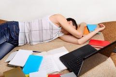 El adolescente duerme con los libros Imagen de archivo