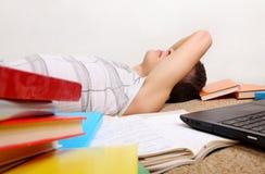 El adolescente duerme con los libros Fotos de archivo libres de regalías