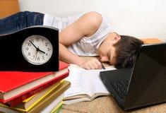 El adolescente duerme después de aprender Fotos de archivo libres de regalías