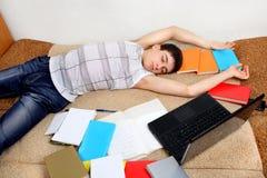 El adolescente duerme después de aprender Fotos de archivo