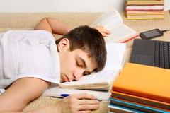 El adolescente duerme en los libros Fotos de archivo