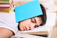 El adolescente duerme en los libros Imagen de archivo libre de regalías