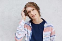 El adolescente elegante con la camisa que llevaba del peinado moderno aisló el ov Imagen de archivo