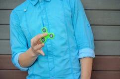 El adolescente elegante en la camisa azul y los tejanos dan sostenerse Fotografía de archivo