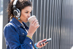 El adolescente elegante lindo está bebiendo el café en ciudad Fotos de archivo libres de regalías