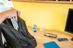 El adolescente embala una mochila a la escuela antes de salir de la casa Fotografía de archivo