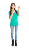 El adolescente en camiseta verde está señalando con el finger. Imagen de archivo