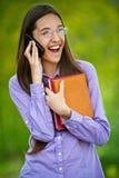El adolescente en el teléfono celular dice Imagen de archivo