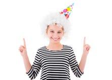 El adolescente en la peluca blanca del payaso señala para arriba en algo Fotos de archivo libres de regalías