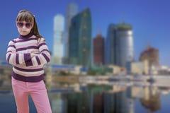 El adolescente en rosa lleva las gafas de sol con moderno Imagen de archivo libre de regalías