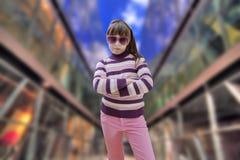 El adolescente en rosa lleva las gafas de sol con moderno Fotografía de archivo libre de regalías
