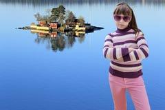 El adolescente en rosa lleva las gafas de sol y la isla del mar en backgrou Fotografía de archivo libre de regalías