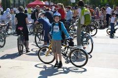 El adolescente en un festival Tyumen del ciclo Imagenes de archivo