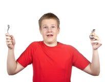 El adolescente en una camiseta roja dividió las manos en los partidos Imagenes de archivo