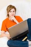 El adolescente en una naranja t-corta Foto de archivo
