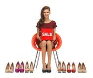 El adolescente en vestido rojo con los zapatos y la venta firman Fotos de archivo libres de regalías