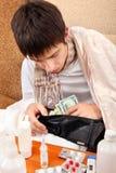 El adolescente enfermo comprueba la cartera Fotos de archivo