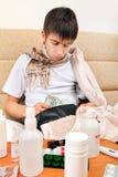 El adolescente enfermo comprueba la cartera Imagenes de archivo
