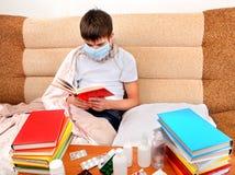 El adolescente enfermo leyó el libro Foto de archivo libre de regalías
