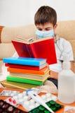 El adolescente enfermo leyó el libro Imágenes de archivo libres de regalías