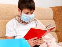 El adolescente enfermo leyó un libro Fotos de archivo