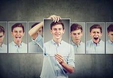 El adolescente enmascarado del hombre que expresa diversas emociones hace frente a expresiones Fotos de archivo