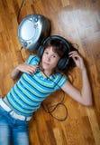 El adolescente escucha la música Imagen de archivo