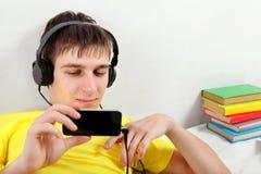 El adolescente escucha la música Fotografía de archivo libre de regalías