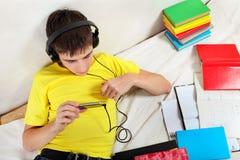 El adolescente escucha la música Fotos de archivo
