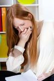 El adolescente está bostezando Imagen de archivo