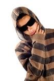 El adolescente está desgastando las gafas de sol y el pensamiento Imagenes de archivo