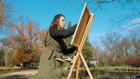 El adolescente está dibujando una imagen en parque almacen de metraje de vídeo