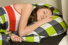 El adolescente está durmiendo en casa en cama Foto de archivo libre de regalías