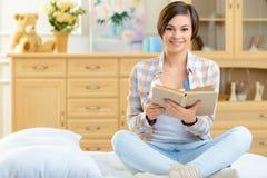 El adolescente está leyendo un libro Fotos de archivo libres de regalías
