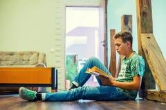 El adolescente está leyendo un libro Foco selectivo Foto de archivo libre de regalías