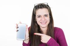 el adolescente está mostrando el teléfono elegante con la mirada en blanco de la pantalla táctil Fotos de archivo