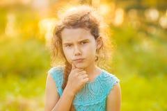 El adolescente está pensando en un fondo verde encendido Fotografía de archivo